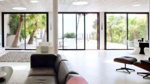 baie-vitree-ouvrant-le-salon-sur-le-jardin-avec-piscine_5649361