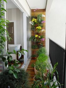deco-balcon-fleuri-avec-sol-bois