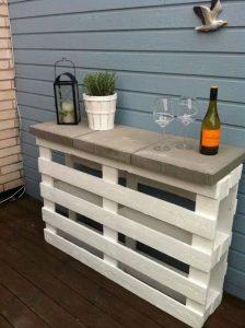 palettes-bois-dans-jardin-table-appoint-plateau-dalles-beton